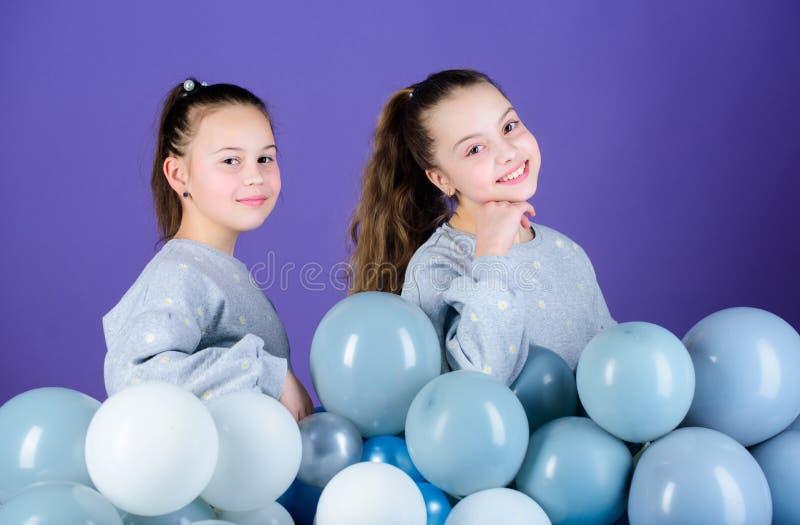 De partij is  Gelukkige kinderen die met luchtballons spelen Het gebruiken van ballons voor verjaardagsviering Meisjes die pret h royalty-vrije stock foto