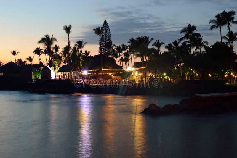 De partij Luau van het strand in Hawaï na zonsondergang royalty-vrije stock afbeelding