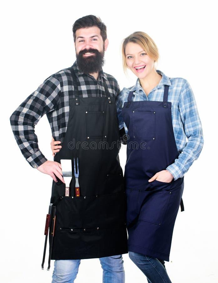 De partij van de binnenplaatsbarbecue Familie die geroosterd voedsel koken Samen het koken Paar in liefde die klaar voor barbecue royalty-vrije stock afbeelding
