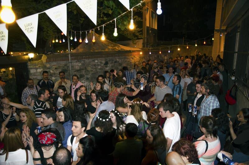 De partij van de Hıdırellezstraat een lokaal festival stock afbeeldingen
