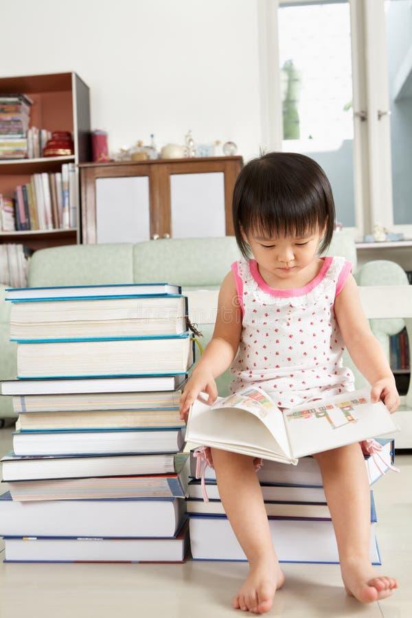 De partij van de het meisjeslezing van Litlle van boeken royalty-vrije stock afbeeldingen
