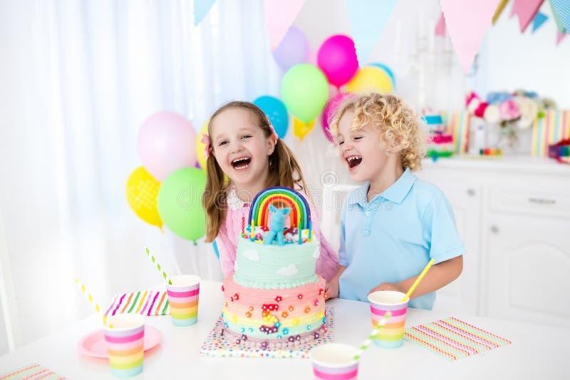 De partij van de jonge geitjesverjaardag met cake stock afbeeldingen