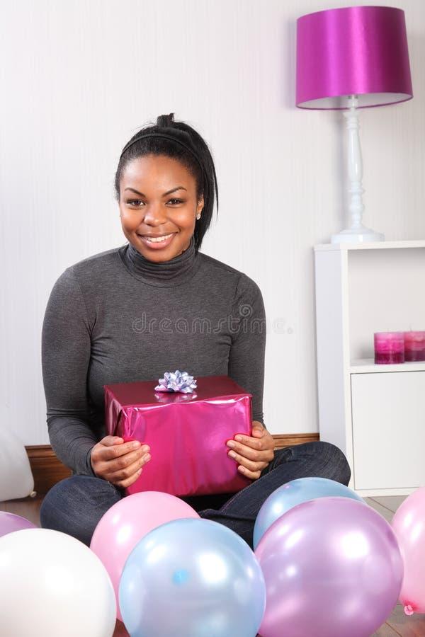 De partij van de verjaardag thuis met heden en ballons stock afbeelding