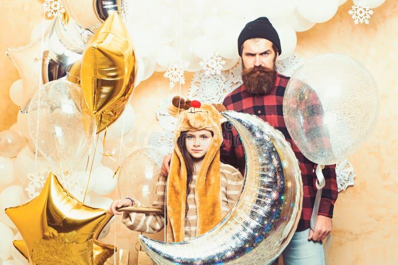 De partij van de familievakantie Vader en dochterglimlach met ballons, Kerstmis Mens hipster en kind bij Kerstmis Dit is dossier  royalty-vrije stock foto