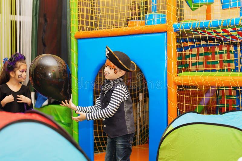 De partij van Halloween Een kleine jongen in een piraatkostuum en een make-up o royalty-vrije stock fotografie