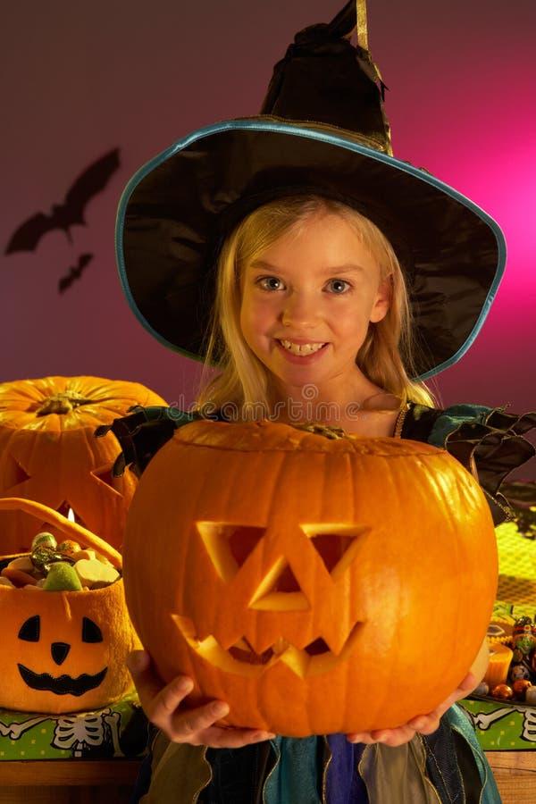 De partij van Halloween met een pompoen van de kindholding stock afbeeldingen