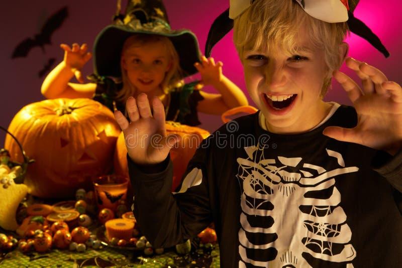 De partij van Halloween met kinderen royalty-vrije stock afbeeldingen