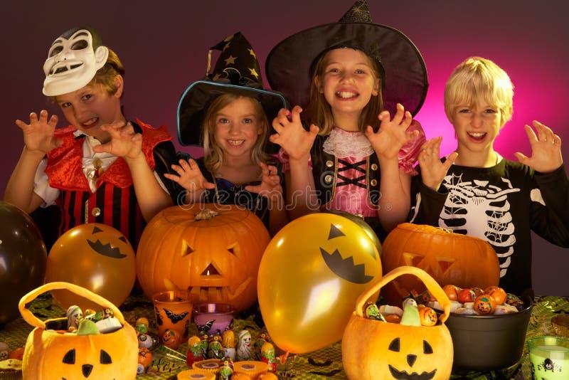 De partij van Halloween met kinderen stock foto