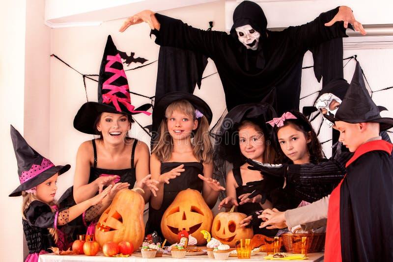 De partij van Halloween met kinderen stock afbeeldingen