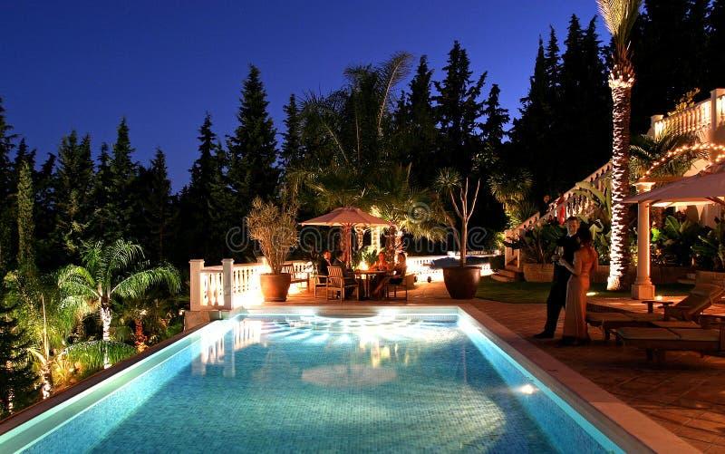 De partij van het diner bij grote spaanse villa stock foto for Luxe villa met zwembad