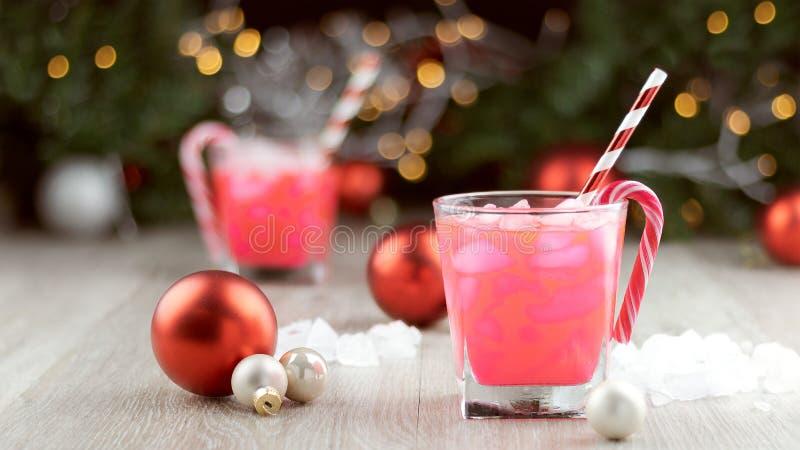De partij van het Kerstmisbureau drinkt roze cocktails met suikergoedriet royalty-vrije stock afbeelding
