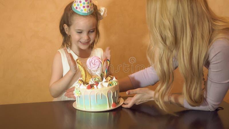 De partij van de kinderen` s verjaardag verjaardagscake voor weinig feestvarken Familieviering royalty-vrije stock fotografie