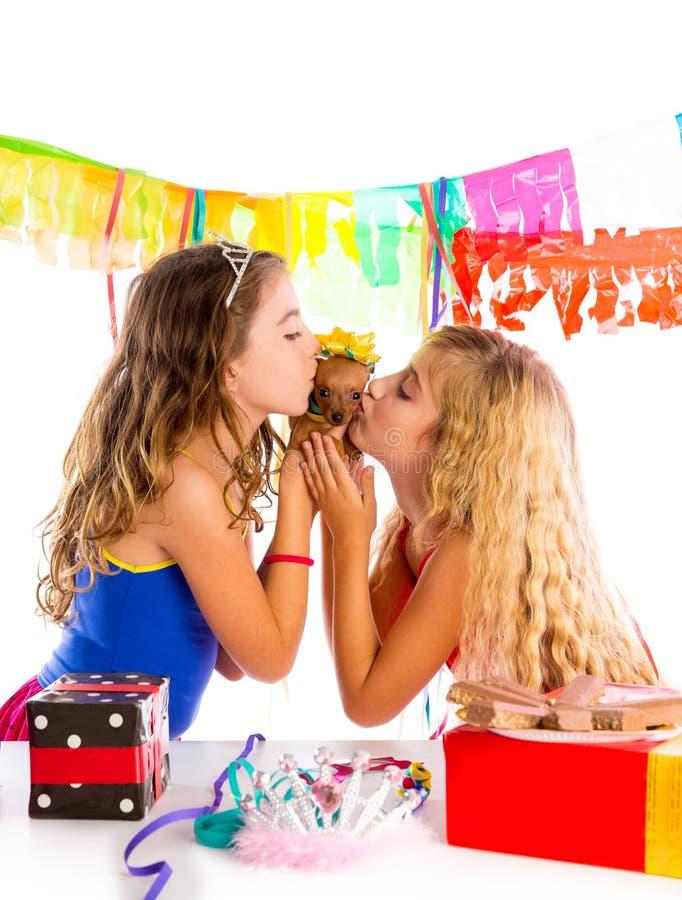De partij van meisjesvrienden het kussen aanwezige puppychihuahua stock foto