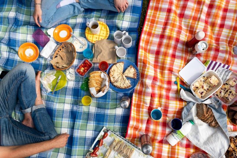 De partij van de de zomerpicknick met veel eigengemaakt zoet en smakelijk voedsel stock foto's