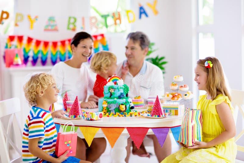 De partijcake van de kindverjaardag Familie met jonge geitjes stock afbeeldingen