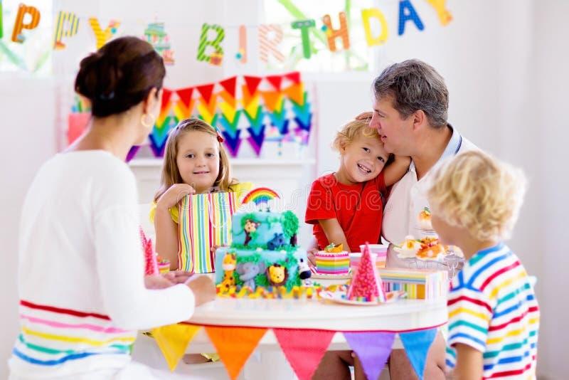 De partijcake van de kindverjaardag Familie met jonge geitjes royalty-vrije stock afbeeldingen