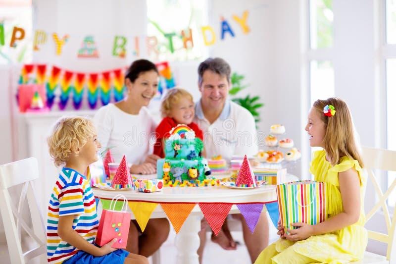 De partijcake van de kindverjaardag Familie met jonge geitjes stock afbeelding