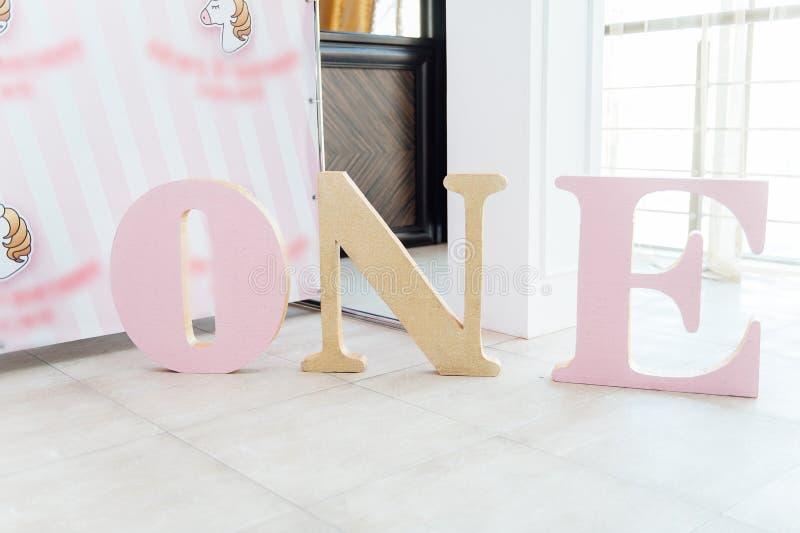 De partijdecoratie en cake van de jonge geitjesverjaardag stock fotografie