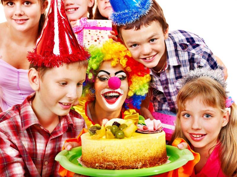 De partijgroep van de verjaardag kind met cake. royalty-vrije stock afbeelding