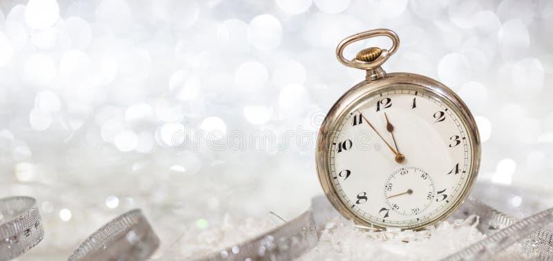 De partijviering van de nieuwjarenvooravond Notulen aan middernacht op een ouderwets horloge, bokeh feestelijke achtergrond royalty-vrije stock foto