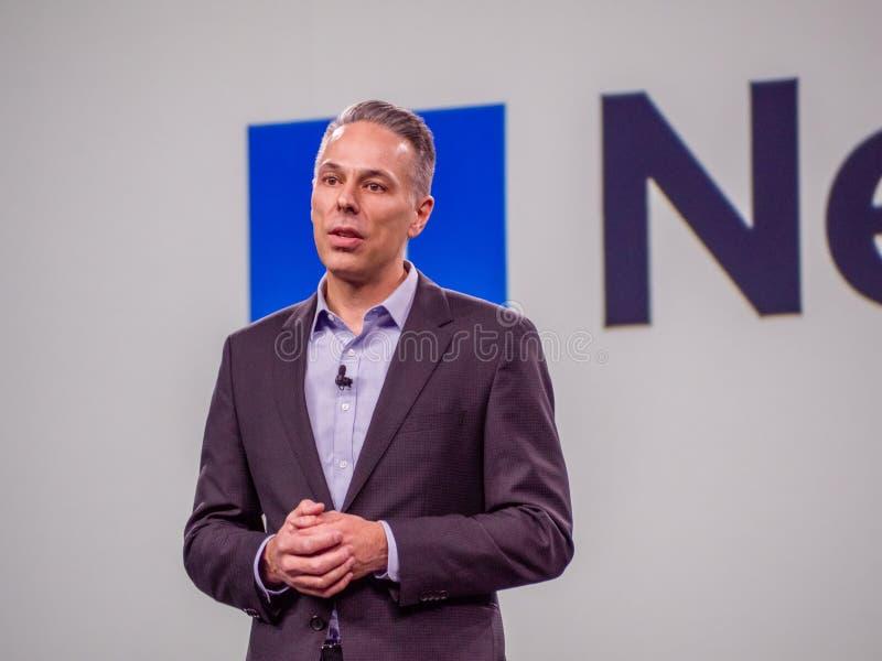 De partnerdirecteur van Microsoft Azure Storage Tad Brockway maakt toespraak stock afbeelding
