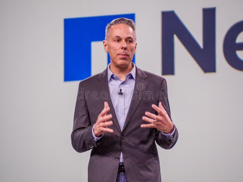 De partnerdirecteur van Microsoft Azure Storage Tad Brockway maakt toespraak stock afbeeldingen