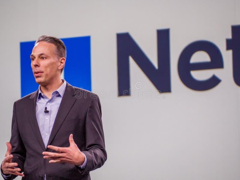 De partnerdirecteur van Microsoft Azure Storage Tad Brockway maakt toespraak stock fotografie