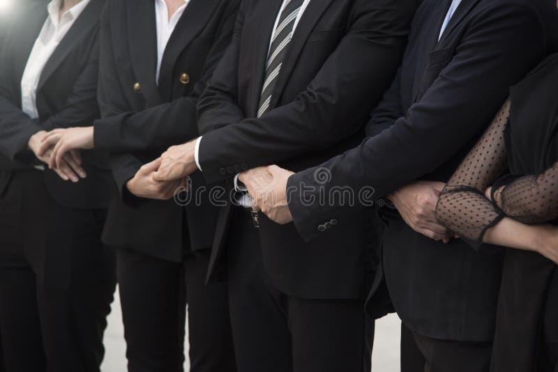 De partnerhanddruk sluit zich aan bij nieuw project De eenheid van de groepswerkgroep stock fotografie
