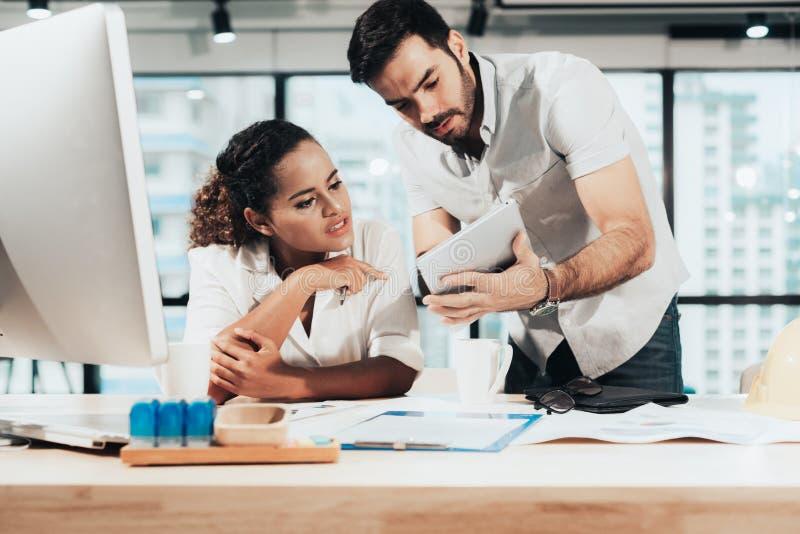 De partners die grafiek van financieel bespreken, twee mensen zijn voorgelegd marketing het werkproject aan de klant in vergaderz royalty-vrije stock afbeelding