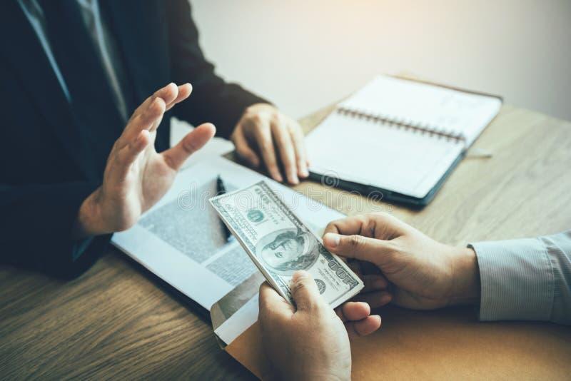 De partners leggen frauduleus contant geld aan ondernemers voor de van wie mannelijke zakenlieden weigeren om steekpenningen in h stock fotografie