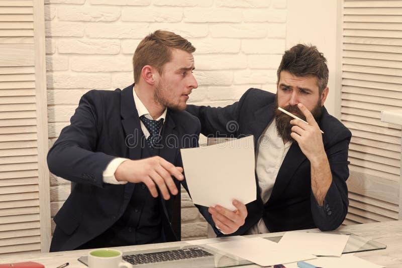 De partners, zakenlieden bespreken zaken op vergadering in bureau De gebaarde geconcentreerde werkgever denkt over contract royalty-vrije stock fotografie