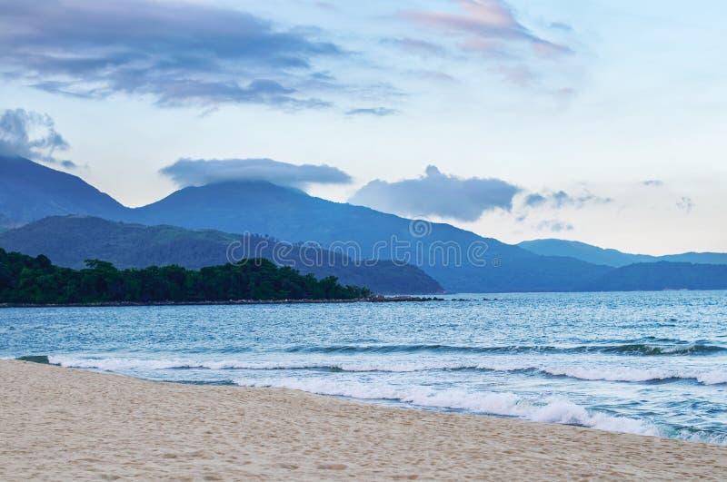 De pas, het overzees en het zand van Hai Van stock afbeeldingen