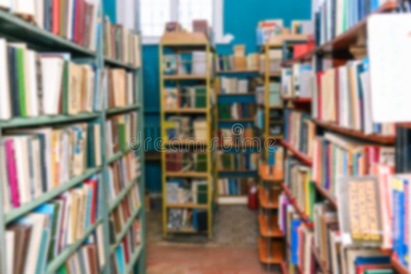 De Pas van de bibliotheekruimte langs de boekenrekken Vage planken met boeken Verkopende boeken of het krijgen van kennis op scho stock foto
