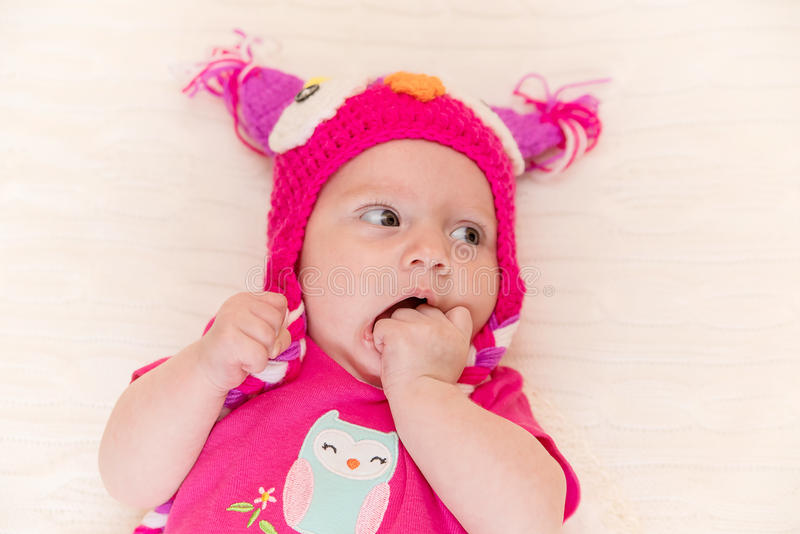 De pasgeboren baby kijkt verrast royalty-vrije stock afbeeldingen