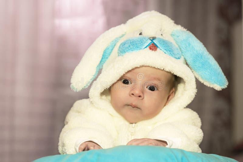 De pasgeboren baby kleedde zich in konijnkostuum stock foto's