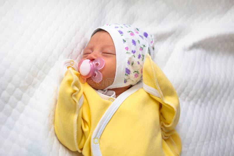 De pasgeboren baby zuigt een uitsteeksel Het nieuwe leven, uiterst kleine baby royalty-vrije stock afbeeldingen