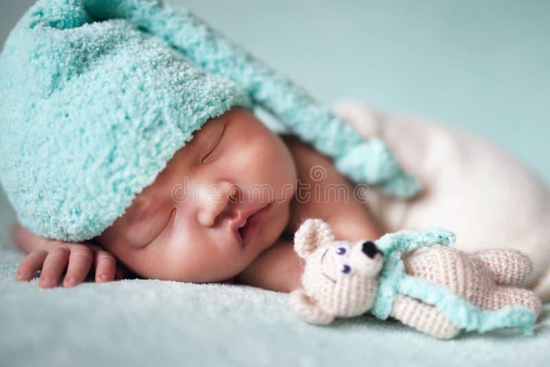 De pasgeboren slaap van de baby Aziatische jongen bij blauwe achtergrond royalty-vrije stock fotografie