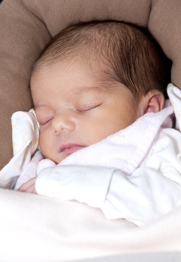 De pasgeboren slaap van het babymeisje royalty-vrije stock foto's