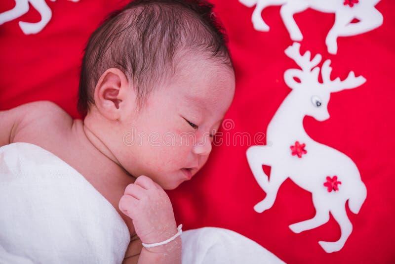 De pasgeboren slaap van het babymeisje met herten stock foto's