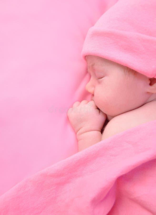 De pasgeboren Slaap van het Meisje van de Baby met Deken stock afbeelding