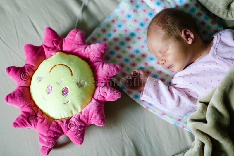 De pasgeborenen hebben heel wat rust nodig stock foto