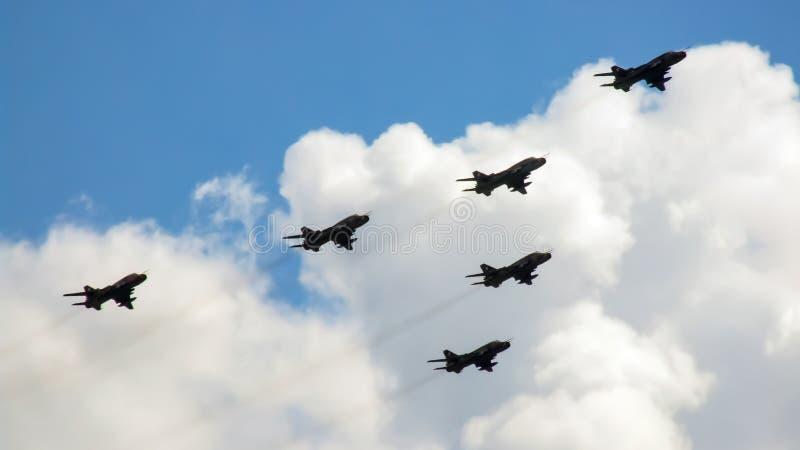 De paso bajo de la formación de aviones de Sukhoi SU-22 imagenes de archivo
