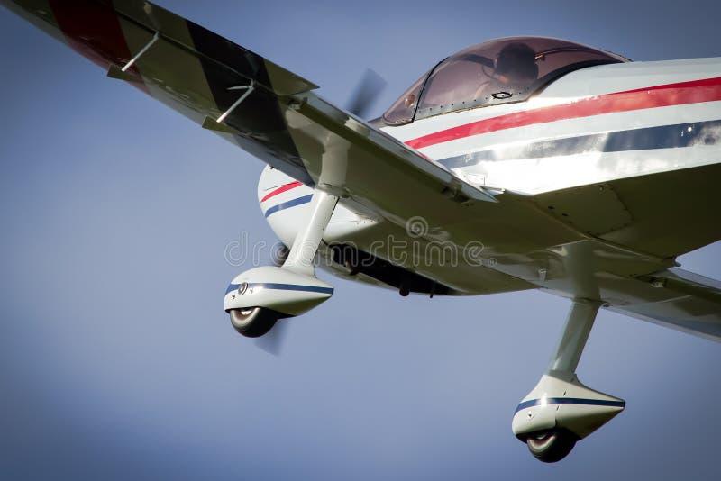 De paso bajo sobrevuele de un avión aeroacrobacia imágenes de archivo libres de regalías