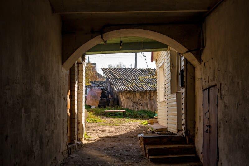 De passage in de binnenplaats binnen het oude huis stock fotografie