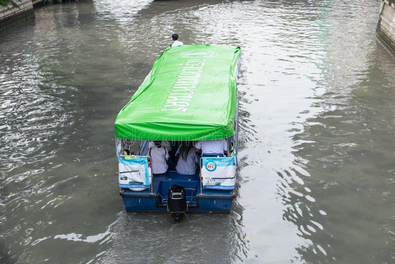 De passagiers berijden een traditionele Khlong Phadung Krungkasemboat is a royalty-vrije stock afbeelding