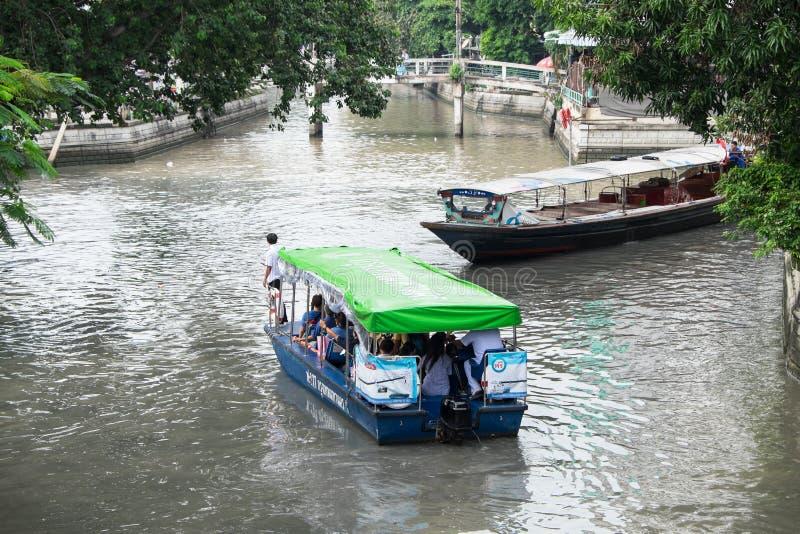 De passagiers berijden een traditionele Khlong Phadung Krungkasemboat is a stock foto