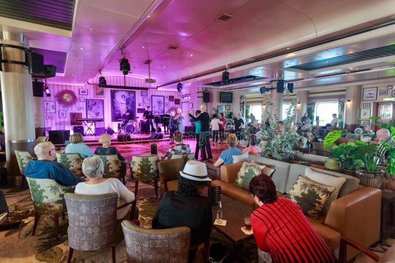 De passagiers die van het cruiseschip dansen te leven muziek royalty-vrije stock afbeeldingen