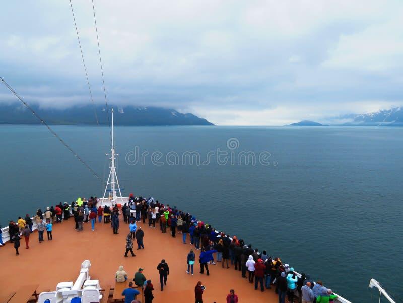 De passagiers die van het cruiseschip rond de boog van het schip lopen stock foto