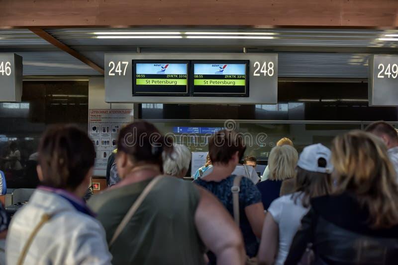 De passagiers vormen om binnen bij de luchthaven te controleren een rij royalty-vrije stock foto's