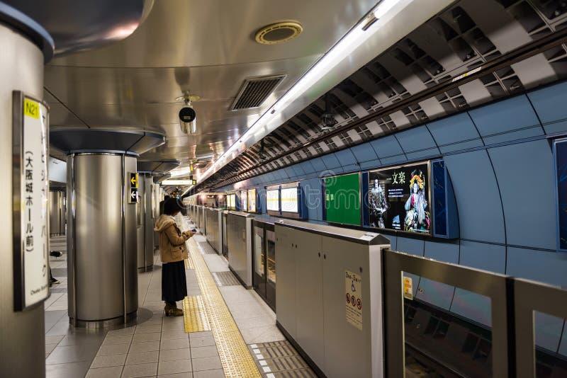 de passagiers wachten op trein bij de metro van Osaka royalty-vrije stock foto's